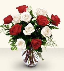 Bursa inegöl çiçek servisi , çiçekçi adresleri  6 adet kirmizi 6 adet beyaz gül cam içerisinde