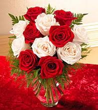 Bursa inegöl çiçek servisi , çiçekçi adresleri  5 adet kirmizi 5 adet beyaz gül cam vazoda