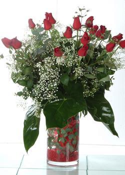 Bursa iznik hediye sevgilime hediye çiçek  11 adet kirmizi gül ve cam yada mika vazo tanzim