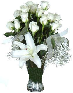 cam içerisinde 11 beyaz gül ve 1 kazablanka  Bursa çiçek gönder nilüfer çiçek siparişi vermek