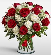 Vazoda 12 kırmızı 12 beyaz gül tanzimi  Bursa inegöl çiçek servisi , çiçekçi adresleri