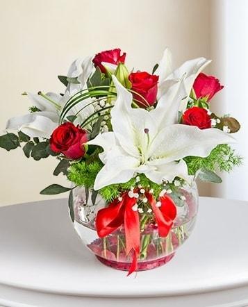 Fanus Vazoda 2 Lilyum ve 5 Gül Dansı  Bursa çiçek nilüfer İnternetten çiçek siparişi