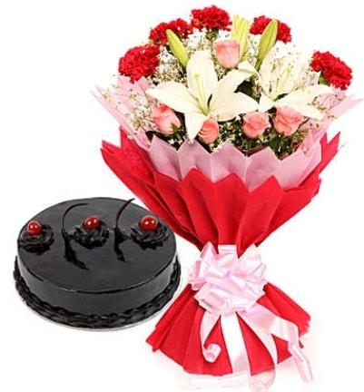 Karışık mevsim buketi ve 4 kişilik yaş pasta  Bursa orhangazi internetten çiçek siparişi